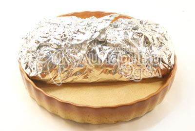 Свернутый рулет уложить в два слоя фольги и запечь в духовке при температуре 200 градусов С 35-40 минут.  - Куриный рулет с зеленью и сыром. Фото приготовления рецепта на Новый год.