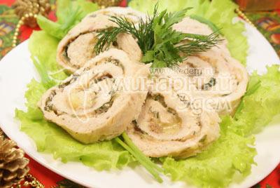 Выложить на листья салата, украсить зеленью. - Куриный рулет с зеленью и сыром. Фото приготовления рецепта на Новый год.