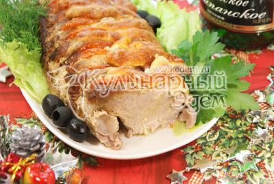 Открыть верх и поставить еще на 10 минут в горячую духовку для того что бы вверх мяса подрумянился.  Выложить на блюдо украсить зеленью и оливками. - Фото приготовления рецепты на Новый год. Новогодний мясной пир.