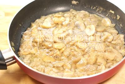 Мелко нашинкованный лук обжарить на растительном масле, добавить размороженные грибы и обжаривать 5-7 минут. Посолить. - Праздничный пирог на Новый год. Фото приготовления рецепта.