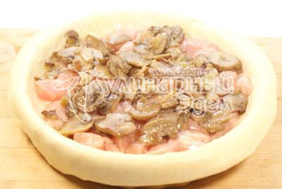 Вторым слоем грибы, обжаренные с  луком