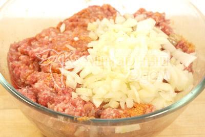 В миску с фаршем добавьте 1 яйцо, 1 мелко нарезанную луковицу, соль, перец, паприку. Хорошо перемешать. - Мясной рулет с грибами на Новый год. Фото приготовления рецепта.