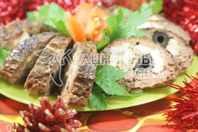 Откройте и держите еще 10-15 минут открытым в духовке при 170 градусах С.  Выложите на блюдо и нарежьте порционными кусочками. Украсьте зеленью. - Мясной рулет с грибами на Новый год. Фото приготовления рецепта.