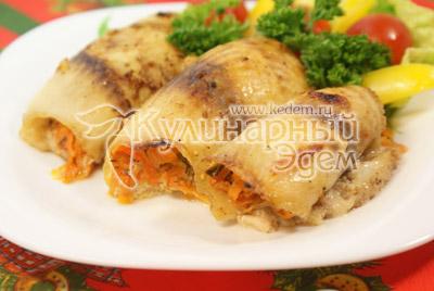 Выложить на тарелку и украсить овощами и зеленью. - Рыбные рулеты из тилапии. Фото приготовления рецепта на Новогодний стол.