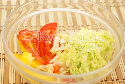 Перец порезать соломкой, пекинскую капусту нашинковать. - Салат «Яркий праздник». Фото приготовления рецепта.