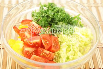 Добавить помидоры черри, нарезанные на четвертинки, и мелко порезанную зелень