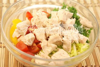 Куриное филе отварить и порезать небольшими кусочками, добавить в миску