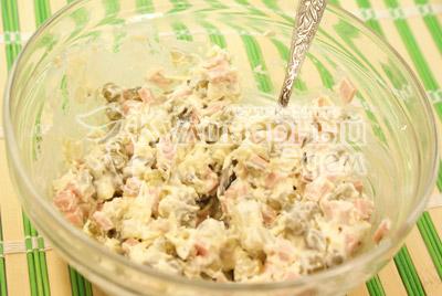 Сыр натереть на терке, мелко порезать огурец и колбасу, добавить горошек и заправить майонезом