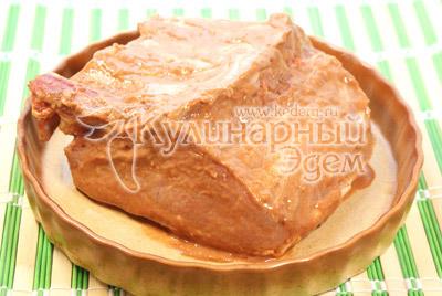 В процессе приготовления, несколько раз смазывать мясо маринадом из миски, который остался.