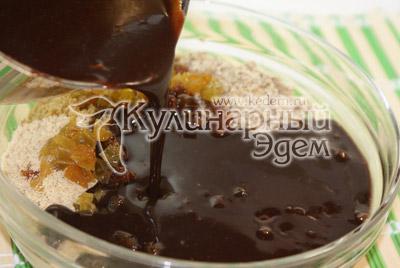 Смешать какао массу с печеньем в одной миске. - Шоколадные пирожные «К чаю». Фото приготовления рецепта на Новый год.