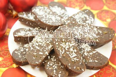 Достать и порезать на порции. Посыпать кокосовой стружкой. - Шоколадные пирожные «К чаю». Фото приготовления рецепта на Новый год.
