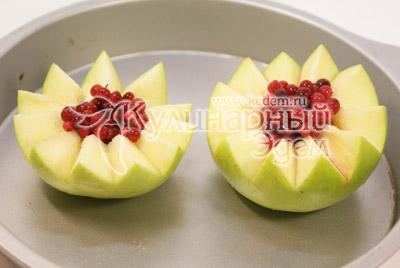 Третье яблоко разрезать, если большое, или взять несколько маленьких. Удалить сердцевину. Выложить в середину бруснику и полить жиром от гуся. Поставьте в духовку на 20 минут рядом с гусем. - Гусь, запеченный с яблоками. Фото приготовления рецепта.