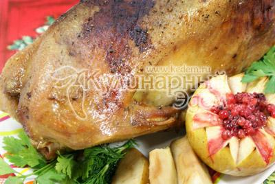Не забывайте открывать духовку и поливать гуся собственным соком. Готового гуся переложите на блюдо, достаньте яблоки из тушки и выложите рядом. Украсьте зеленью и яблочком с брусникой. - Гусь, запеченный с яблоками. Фото приготовления рецепта.