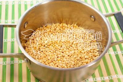 Горох залить холодной водой на  30 минут. Хорошо промыть и залить водой или бульоном. Варить до полуготовности