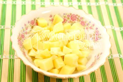 Добавить кубиками нарезанный картофель. - Гороховый супчик. Фото приготовления рецепта.