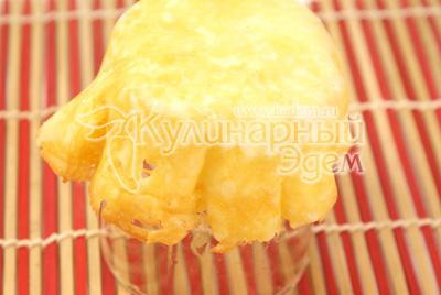 Когда сыр начнет плавиться, снять с огня и дать немного остыть. Снять сырную лепешку и выложить на стакан. Придать форму и дать остыть