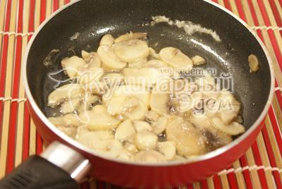 Шампиньоны обжарить на оливковом масле 5-7 минут. - Салат «Влюбленность». Фото рецепт на 14 февраля.