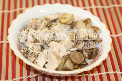 В миске смешать грибы, ломтиками порезанную курицу
