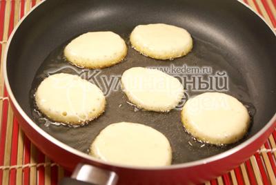 Разогреть растительное масло на сковороде и при помощи десертной ложки выкладывать тесто на сковороду. - Оладьи от Валентина. Фото приготовления рецепта.