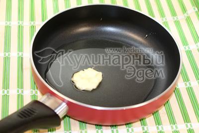 Разогреть на сковороде оливковое и сливочное масло