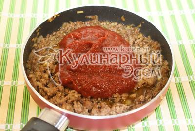 Перемешайте и добавить томатную пасту