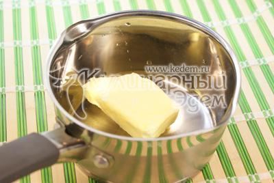 Приготовить сливочный соус. В ковшике растопить сливочное масло