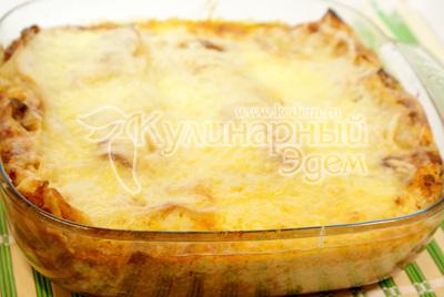 Готовое блюдо сверху посыпать сыром и запекать на верхнем уровне духовки еще 5-10 минут