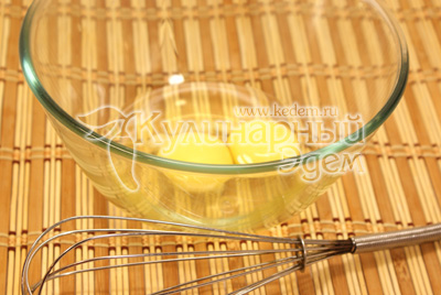Яйца взбить венчиком. - Кулинарный фото рецепт приготовления блинчиков с бананом и шоколадом. Блины на Масленицу.