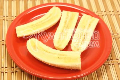Банан разрезать на четвертинки. - Кулинарный фото рецепт приготовления блинчиков с бананом и шоколадом. Блины на Масленицу.