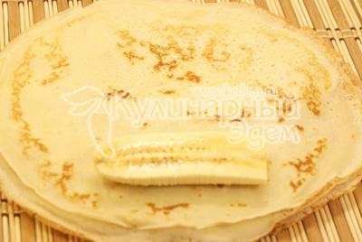Завернуть каждую часть в блинчик. - Кулинарный фото рецепт приготовления блинчиков с бананом и шоколадом. Блины на Масленицу.