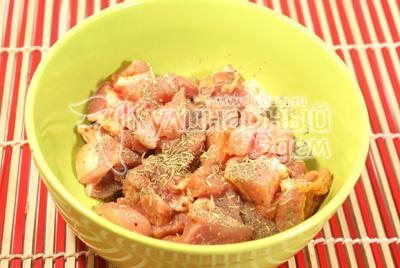 Мясо порезать маленькими кусочками, посолить и поперчить, добавить розмарин