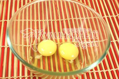 В отдельной миске взбить яйца