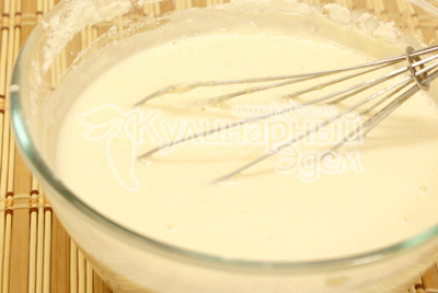 Добавить молоко, соду, соль, растительное масло. Хорошо взбить. Дать тесту постоять минут 20