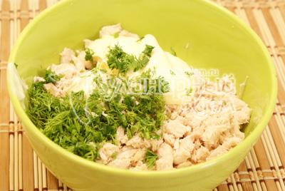 Куриное филе отварить и остудить. Мелко порезать, смешать в миске с зеленью, майонезом и чесноком. Хорошо перемешать