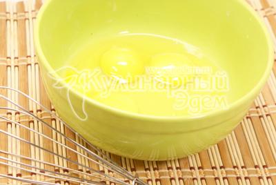 Яйца взбить венчиком. Блинный тортик