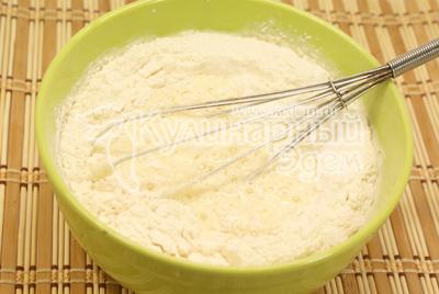 Добавить молоко, соль, муку, соду, масло. Хорошо взболтать и дать тесту постоять 20 минут.