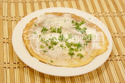 Рыбу порезать пластиками или небольшими кусочками. Сливочный сыр смешать с майонезом. Зелень порубить. Каждый слой смазываем и кладем поочередно зелень. Блинный тортик