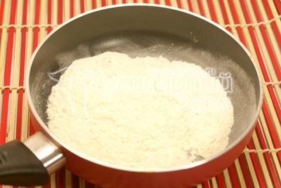 Муку обжарить на сковороде.  - Ракушки для любимой. Фото приготовления рецепта.