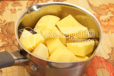 Картофель почистить, залить холодной водой, посолить и варить до готовности