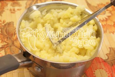 Лук мелко нашинковать, морковь натереть, обжаривать на 2 ст. ложках оливкового масла. - Картофельники. Фото приготовления рецепта.