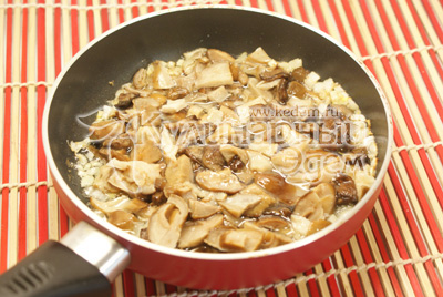 Лук мелко нашинковать, выложить в сковороду с разогретым растительным маслом, добавить грибы. Обжаривать 5-7 минут. Добавить воды, закрыть крышкой и тушить еще 15-20 минут