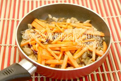 Добавить морковку нарезанную  соломкой. Перемешать
