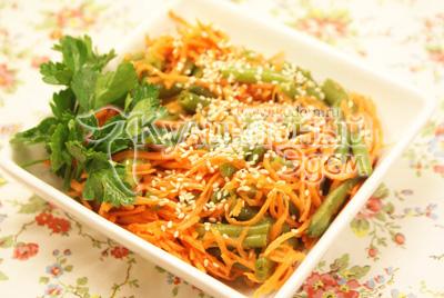 Выложить в салатницу и украсить веточкой зелени. Посыпать сверху кунжутом. - Салат со стручковой фасолью  и морковью. Фото приготовления рецепта.