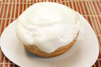 Белки взбить с сахарной пудрой до однородной белой массы и украсить верхушки куличей. - Пасхальный кулич. Фото приготовления рецепта.