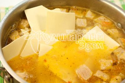 Добавьте в кастрюлю смесь перцев и лапшу. Варите еще 5-7 минут