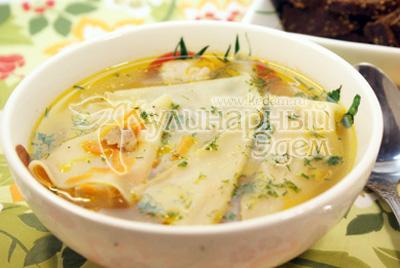 Разлейте по тарелкам и присыпьте зеленью укропа. - Суп-лапша домашняя «Мясная». Фото приготовления рецепта.