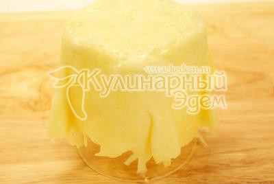 Снять лепешку и надеть на стакан. Лепешка должна быть пластичной. - Салатик в сырном мешочке. Фото приготовления рецепта.