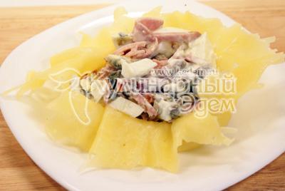 Выложить в корзинку из сыра и защипать края, обмотать перышком лука. - Салатик в сырном мешочке. Фото приготовления рецепта.