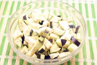 Порезать кубиками. - Помидоры, фаршированные баклажанами. Фотография приготовления рецепта.