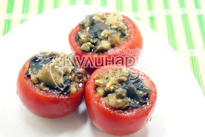 Немного остудить и нафаршировать помидоры. - Помидоры, фаршированные баклажанами. Фотография приготовления рецепта.
